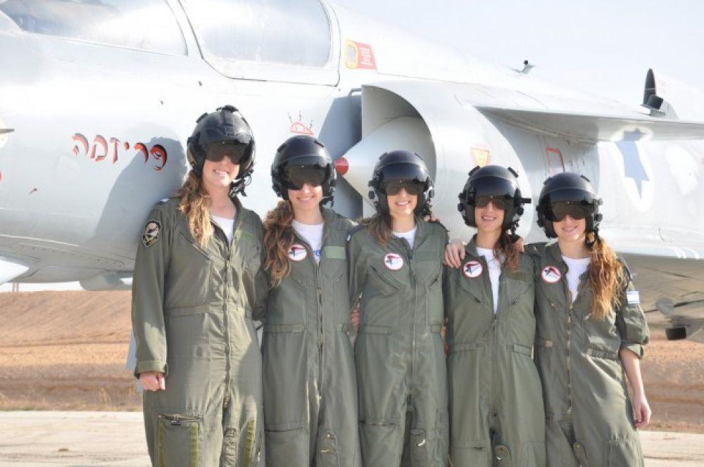 В прошлом году эти пять девушек прошли программу обучения и стали пилотами