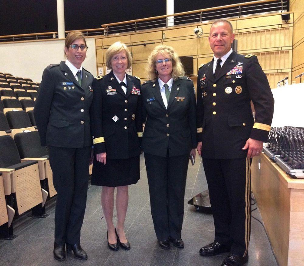Советник израильской армии по делам женщин Рахель Тевет-Визель (вторая справа) на ежегодной конференции НАТО